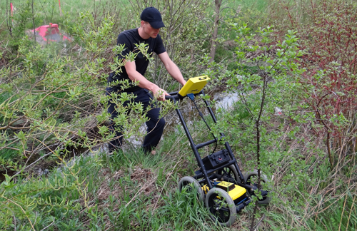 Pronk uses a GPR to detect underground objects.
