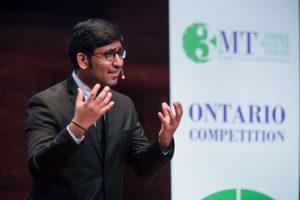 Shanthaun Krishnakumar presenting at 2017 3MT competition