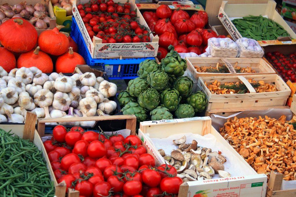 a photo of a fruit market
