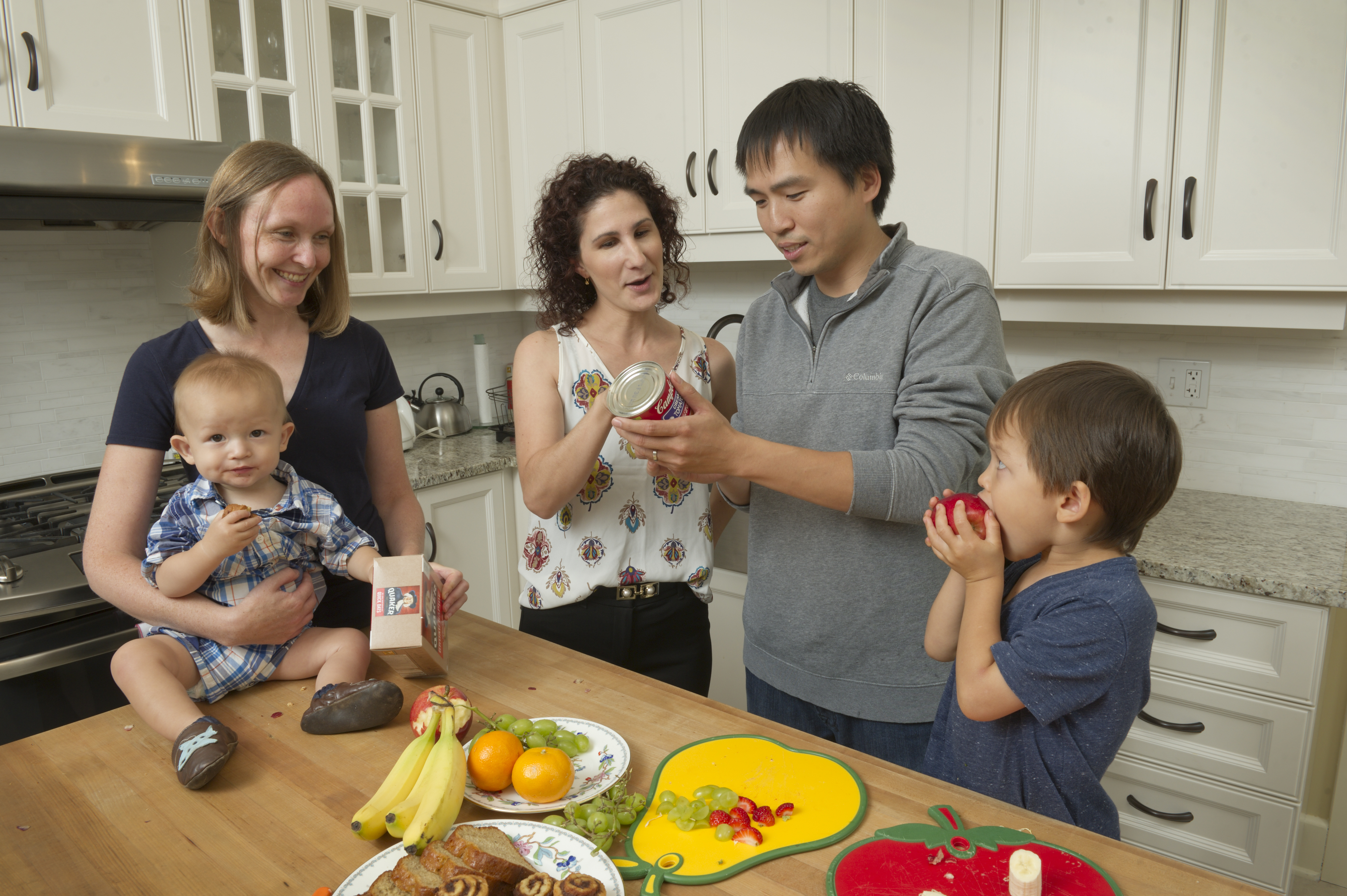 Health educator Lisa Tang discusses food labels with a family